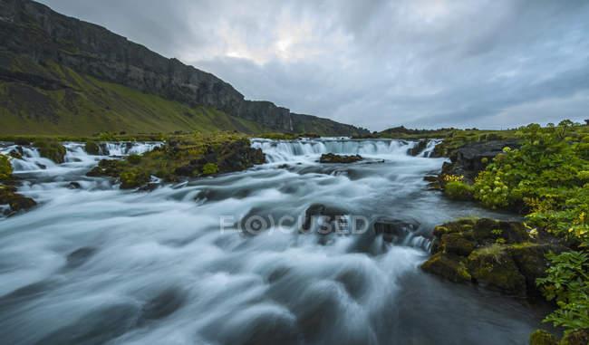 Живописный вид пороги реки Fossar, Исландия — стоковое фото