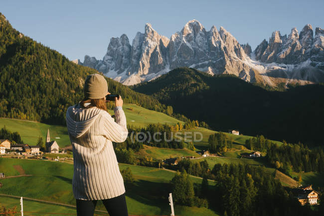 Foto de mulher tomar, Santa Maddalena, Alpes Dolomitas, Val di Funes (vale de Funes), Tirol do Sul, Itália — Fotografia de Stock