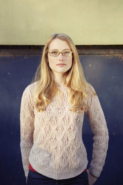 Портрет молодой женщины на улице, длинные светлые волосы и очки — стоковое фото