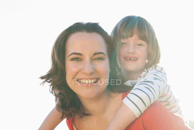 Мати балансова дочка на відкритому повітрі — стокове фото