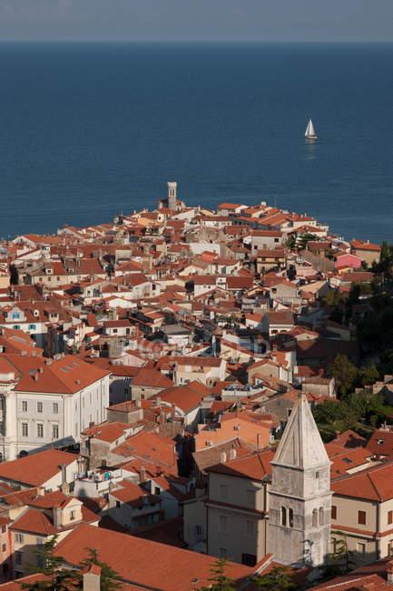 Vista della città costiera — Foto stock