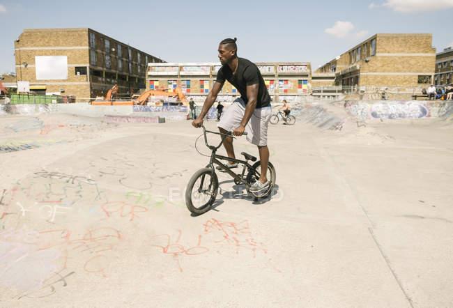 Junger Mann mit Bmx-Fahrrad im skatepark — Stockfoto