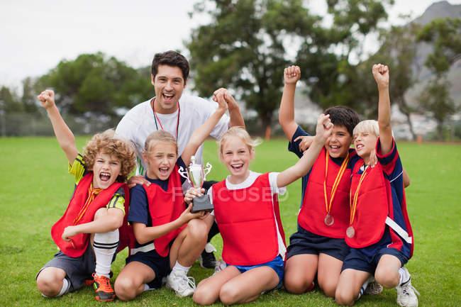 Діти аплодують з тренером — стокове фото