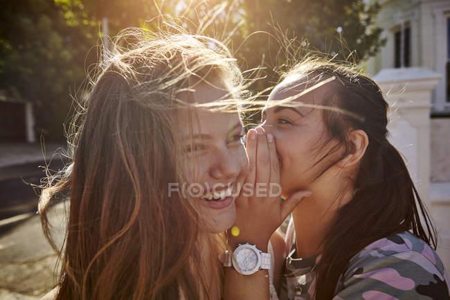 Les adolescentes s'amusent dans la rue résidentielle, Cape Town, Afrique du Sud — Photo de stock