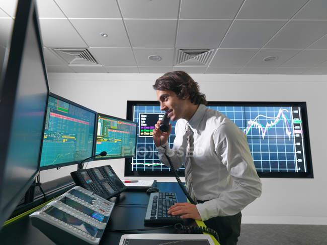 Финансовый тредер с экранами — стоковое фото