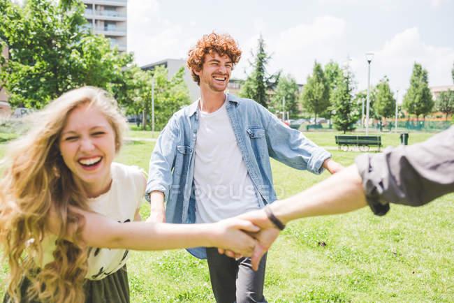 Друзья круг танцы в парке вместе — стоковое фото