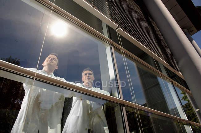 Médecins debout à la fenêtre du bureau — Photo de stock