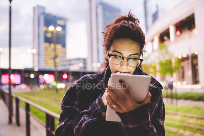 Woman in urban area using digital tablet, Milan, Italy — Stock Photo