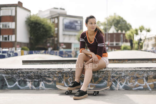 Weibliche Skateboarder im Skatepark sitzen — Stockfoto