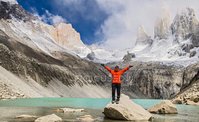 Mujer caminante en Torres del Paine Parque Nacional, Patagonia, Chile - foto de stock