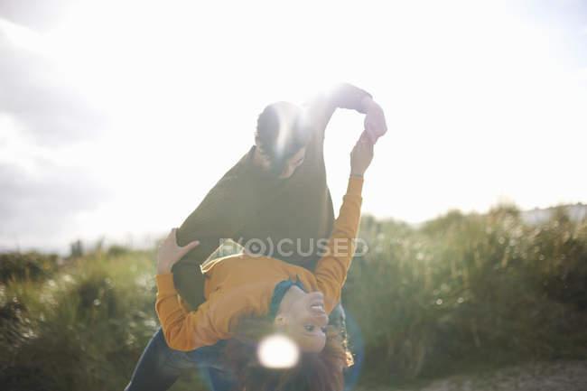 Пара танцює на трав'янистих піску, дюни — стокове фото