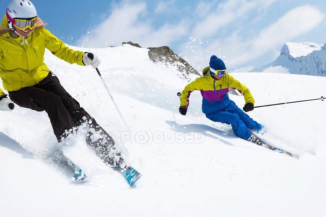 Лыжники на снежном склоне — стоковое фото