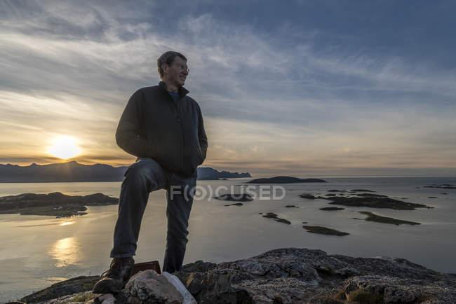 Людина сходження зустрічі на вищому рівні на Kvaloya острові в осінь, арктичної Норвегії — стокове фото