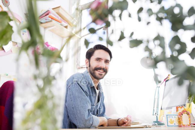 Retrato do jovem designer masculino no estúdio de impressão — Fotografia de Stock
