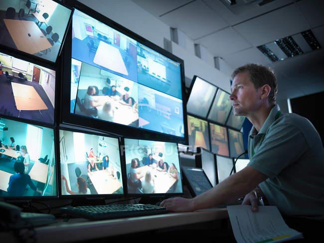 Étudiant regardant des écrans dans un centre de formation médico-légale — Photo de stock