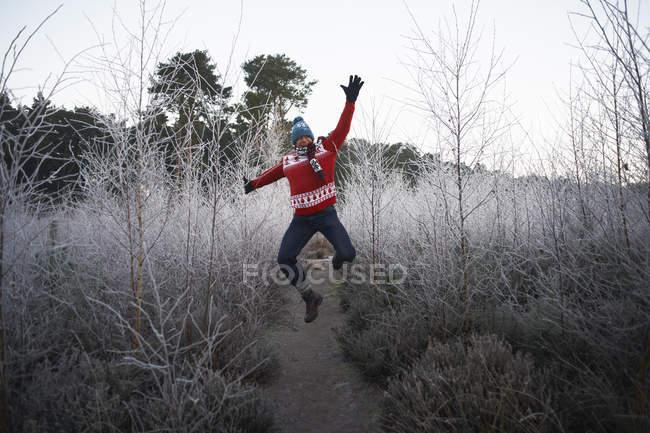 Homem pulando na cena de inverno rural — Fotografia de Stock