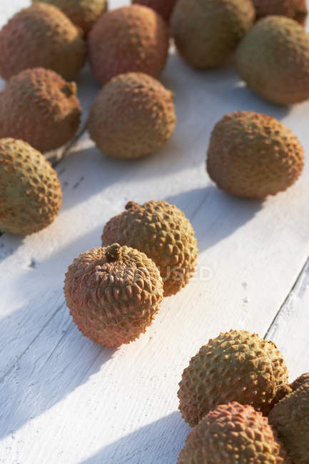 Lychees on sunny table — Stock Photo