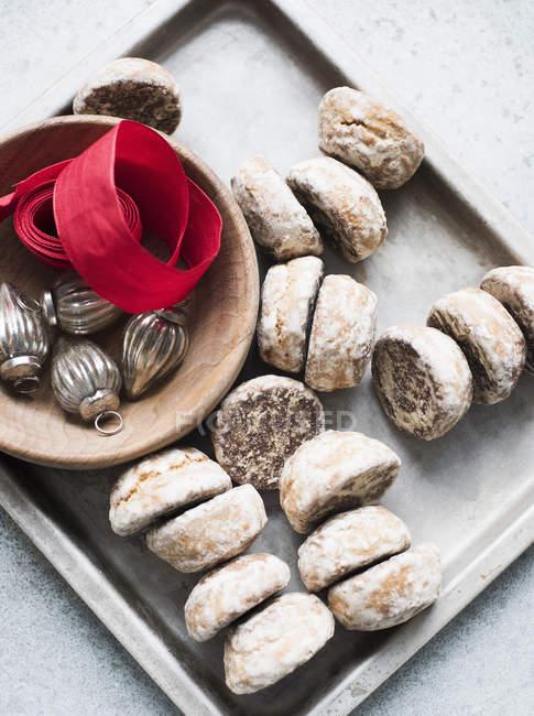 Galletas en una bandeja con decoraciones navideñas - foto de stock