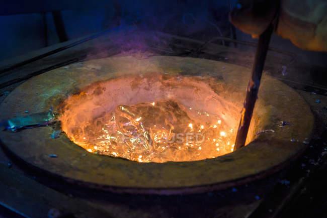 Travailleur agitant alliage d'aluminium fondu dans l'usine de coulée de précision, gros plan — Photo de stock