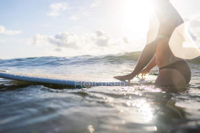 Section médiane de femme avec planche de surf en mer, Nosara, Province de Guanacaste, Costa Rica — Photo de stock