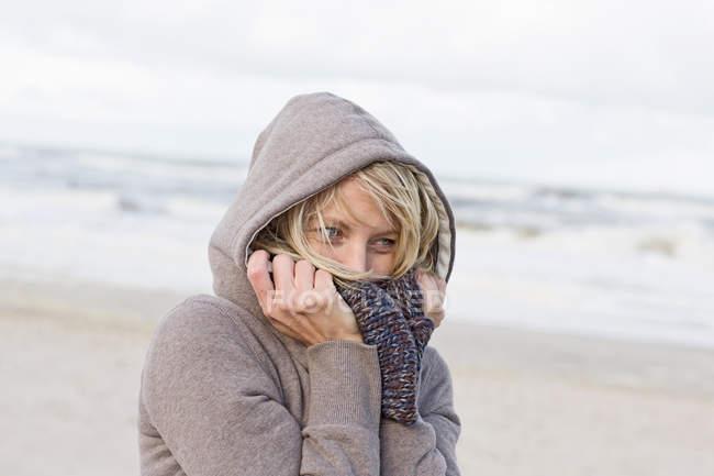 Woman wearing scarf on beach — Stock Photo