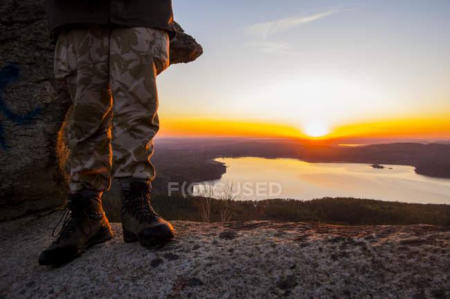 Turismo disfrutando de la vista del lago al atardecer, imagen recortada - foto de stock
