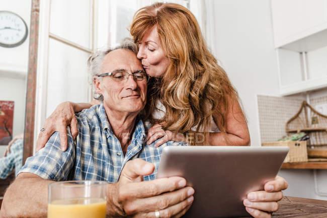 Старшая пара с помощью планшетного компьютера — стоковое фото