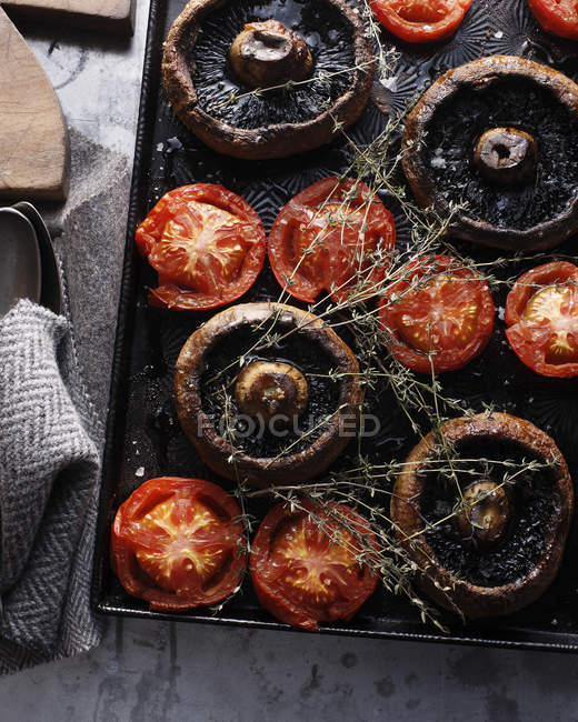Top view of baked mushrooms and tomatoes on tray — Stock Photo