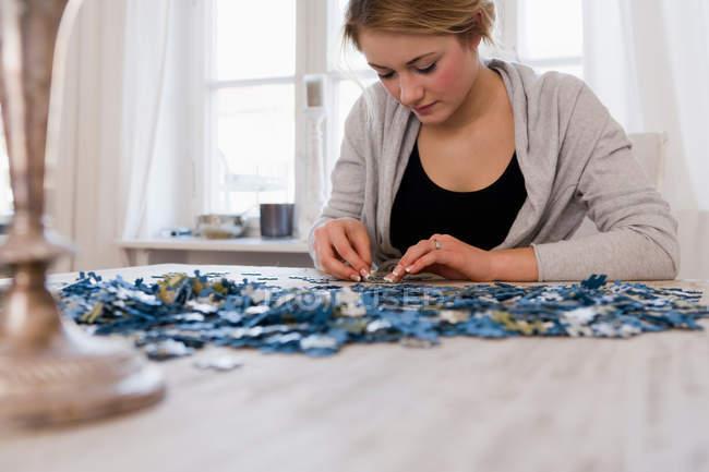 Девушка работает на головоломки — стоковое фото