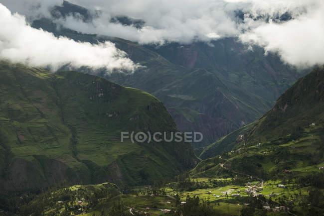 Nuvens baixas sobre montanhas e vale — Fotografia de Stock