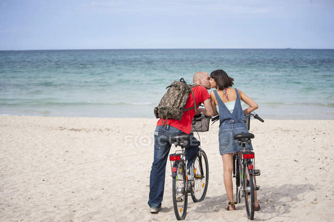 Paar auf Fahrrädern am Strand, Mallorca, Spanien — Stockfoto