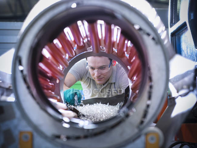 Працівник інспекційних частин з пластикових лиття під тиском машина в пластмас заводу — стокове фото