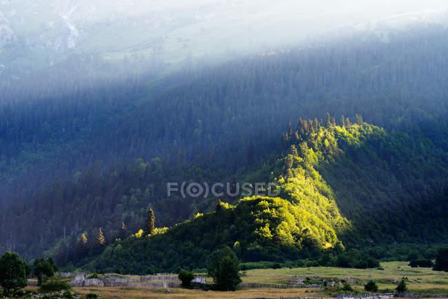 Malerische Aussicht auf Mazeri Dorfgebiet mit Sonnenstrahlen, Kaukasus, Swanetien, Georgia — Stockfoto