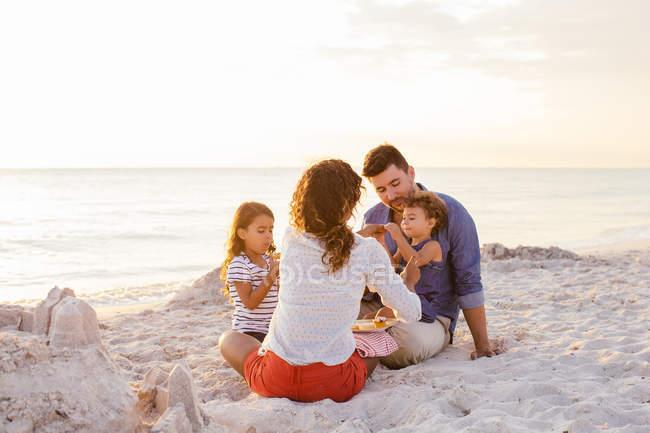З'єднайте з двох дівчат picnicing з торти на пляжі, Тоскана, Італія — стокове фото