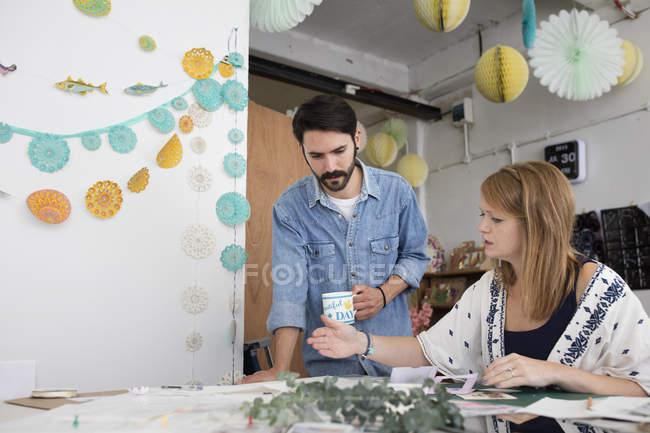 Designer de feminino e masculino, preparando o projeto de mídia mista no estúdio de impressão — Fotografia de Stock