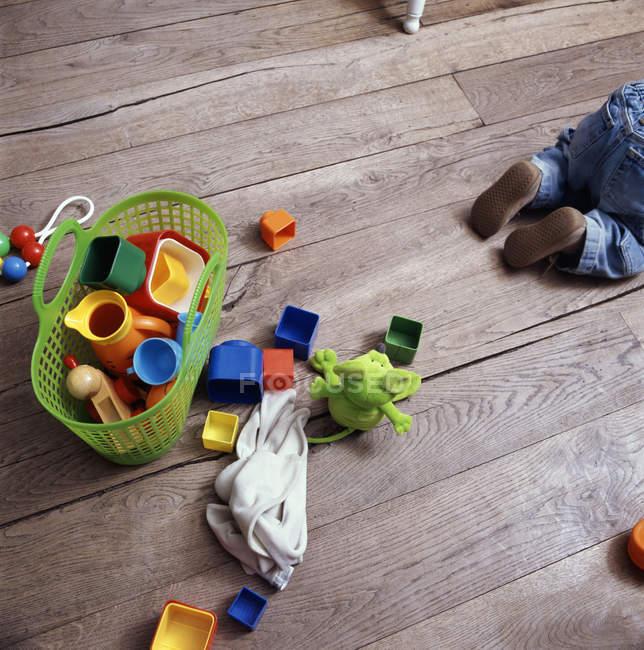 Jouets de bébés sur plancher en bois, vue aérienne — Photo de stock