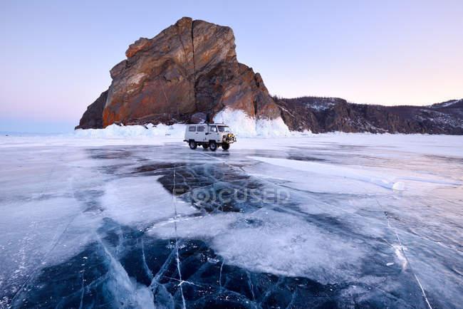 Fuoristrada veicolo turistico a Khoboy Cape, Baikal Lake, Olkhon Island, Siberia, Russia — Foto stock