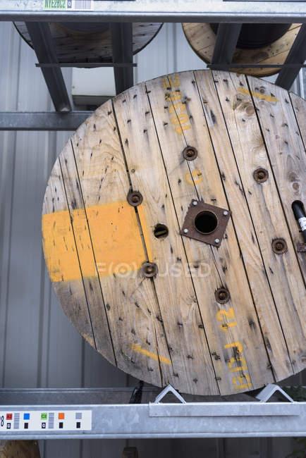 Carrete de cable eléctrico en instalación de almacenamiento de cable - foto de stock