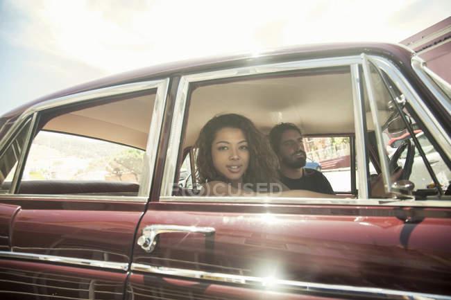 Retrato de joven pareja en viaje por carretera en coches de época, ciudad del cabo, Sudáfrica - foto de stock