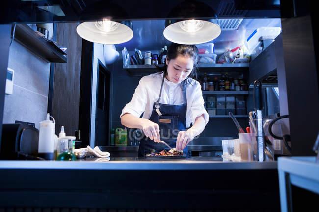 Азіатський шеф-кухар в комерційній кухні приготування їжі — стокове фото