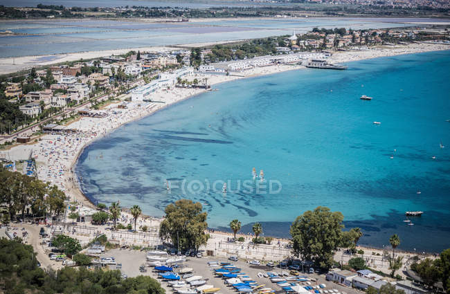 Vue d'angle élevé de plage bondée de touristes et hôtels, Cagliari, Italie — Photo de stock