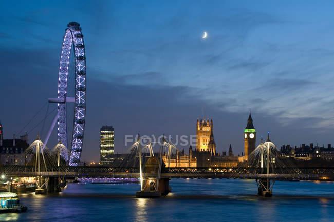 Observando a visão de Londres Olho e Casas do Parlamento — Fotografia de Stock