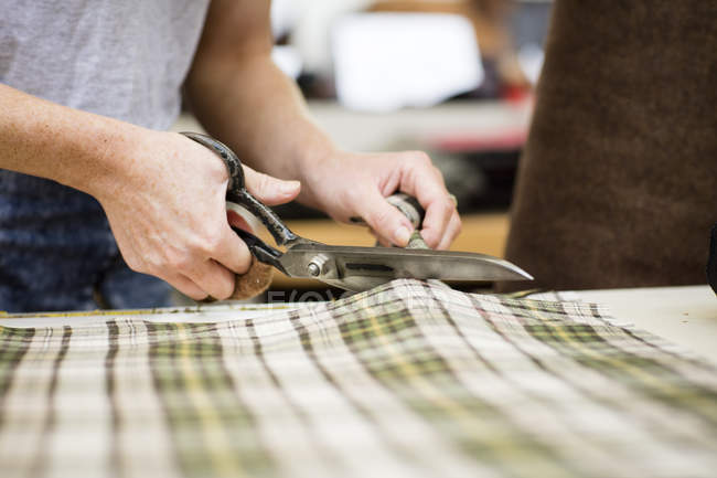 Tissu coupe femme en cuir veste fabricants, gros plan — Photo de stock