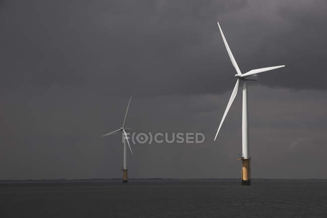 Éoliennes en mer avec ciel nuageux — Photo de stock