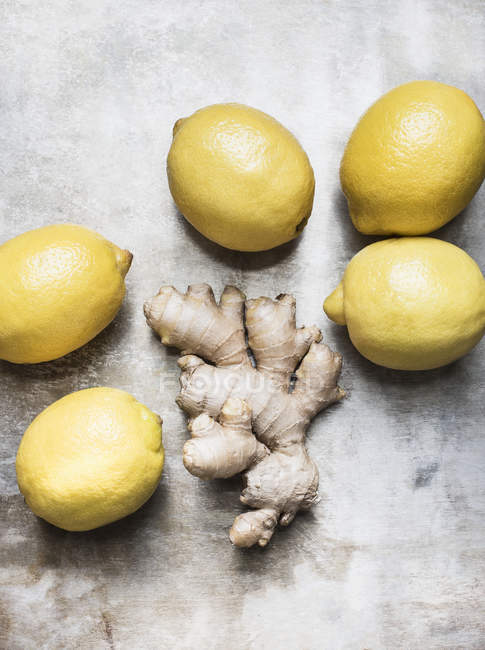 Lemons with ginger roots — Stock Photo