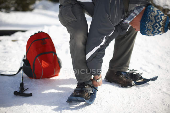 Man putting on snowshoes, Lake Louise, Canada — Stock Photo