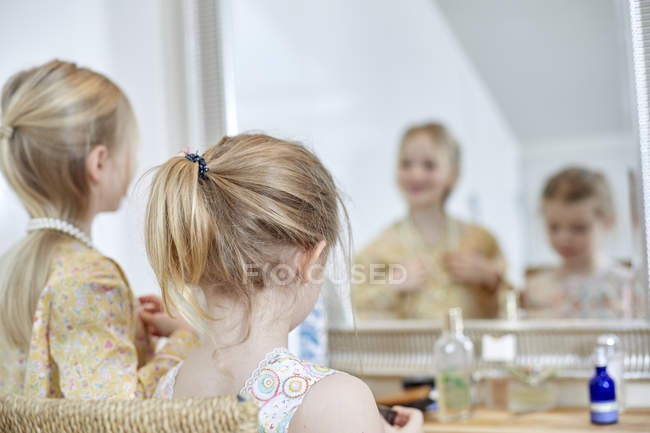 Girls playing dress-up in bedroom — Stock Photo