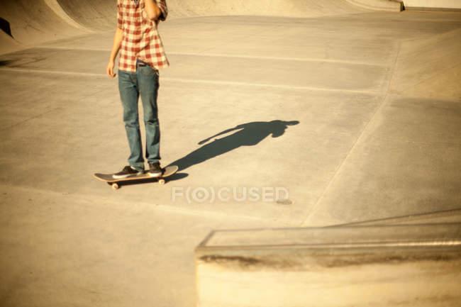 Skateur soleil éclairé planchodrome, recadrée tir — Photo de stock