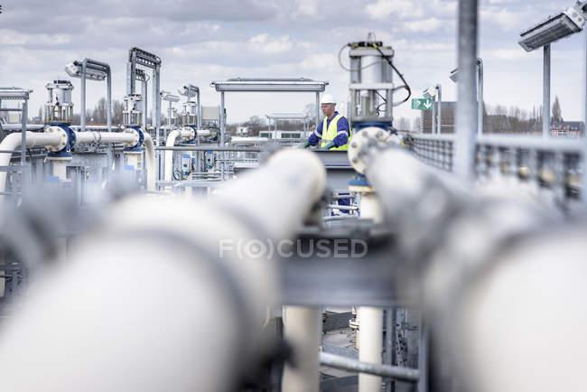 Рабочий на заводе по смешиванию масла — стоковое фото