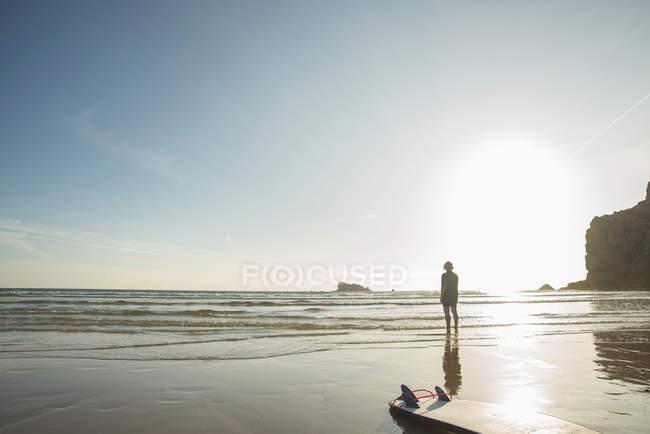 Пожилая женщина-серфер, выходящая к морю, Камаре-сюр-мер, Британия, Франция — стоковое фото